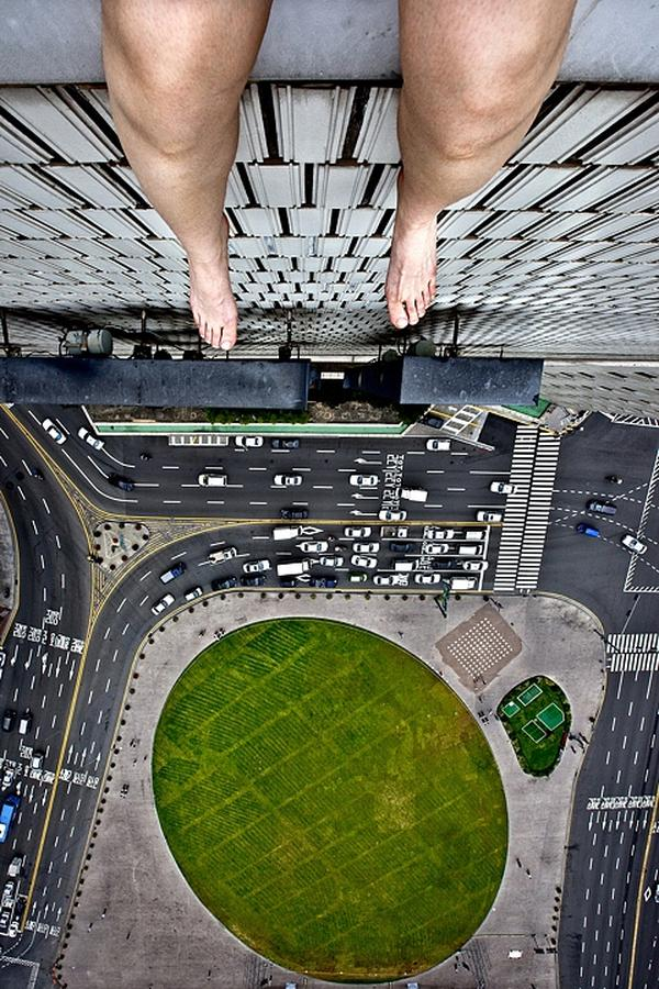 amazing-photography-crazy-Death-Defying-Photos-highest-skycrapers-edge (1)