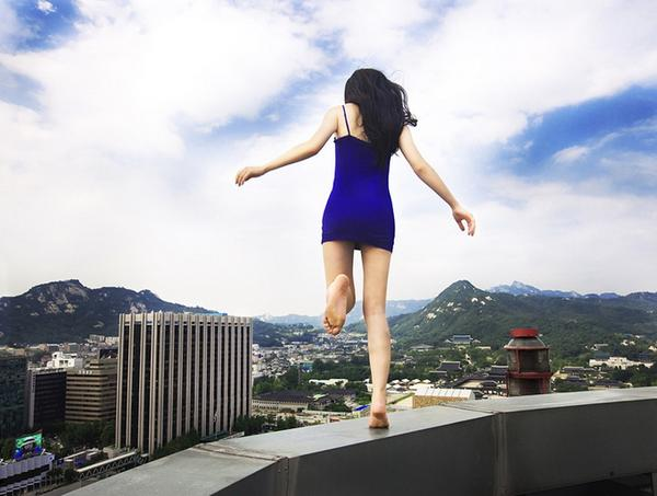 amazing-photography-crazy-Death-Defying-Photos-highest-skycrapers-edge (8)