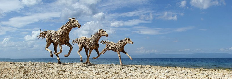 impressive-eye-catching-cool-driftwood-sculptures-horses-artwork