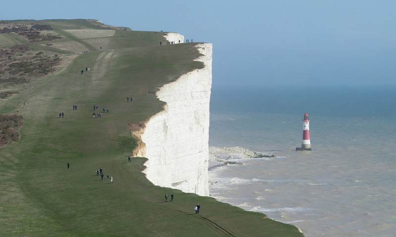 Beachy_Head_and_Lighthouse_horizon_white-cliff-england