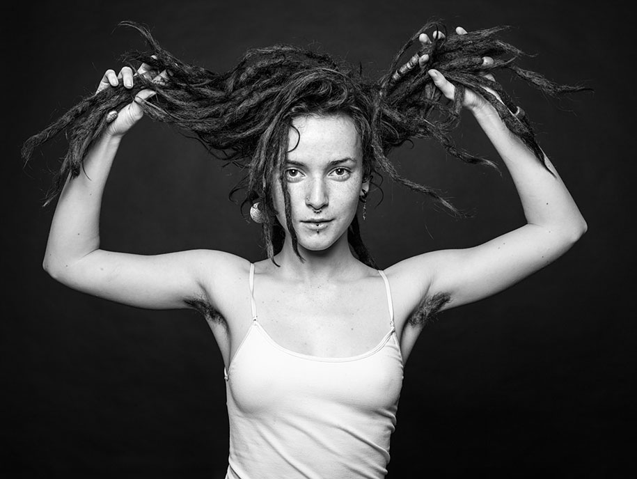 фото модель с волосатой