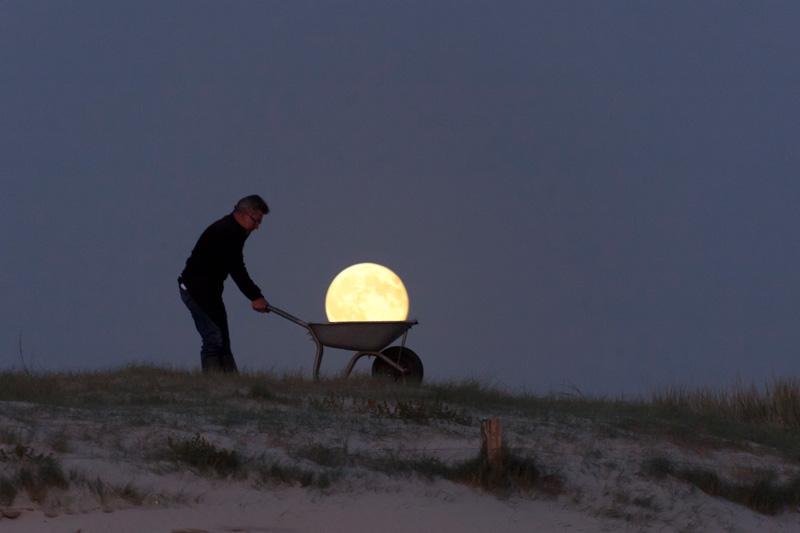 Michel porte la Lune dans une brouette