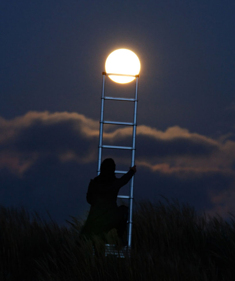 funny-interesting-creative-playful-imaginative-moon-pictures (3)