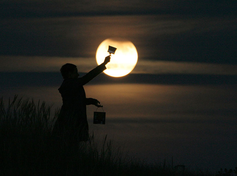 funny-interesting-creative-playful-imaginative-moon-pictures (9)