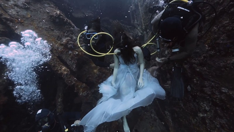 amazing-breathtaking-underwater-photography-mermaid-shipwreck-bali (1)