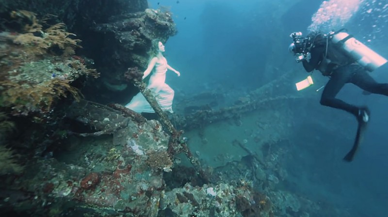 amazing-breathtaking-underwater-photography-mermaid-shipwreck-bali (11)