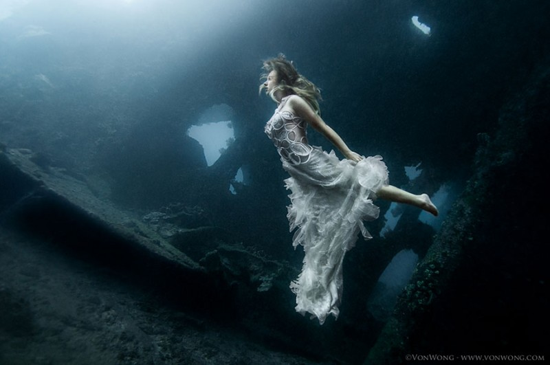 amazing-breathtaking-underwater-photography-mermaid-shipwreck-bali (6)