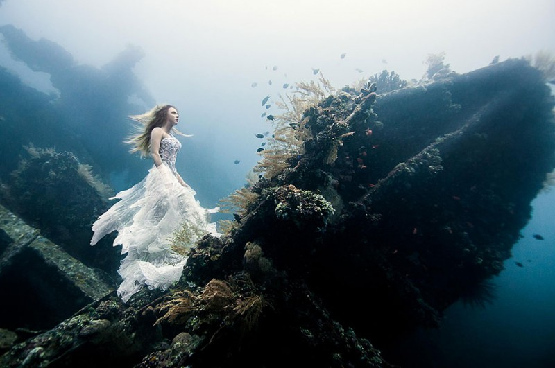 amazing-breathtaking-underwater-photography-mermaid-shipwreck-bali (8)