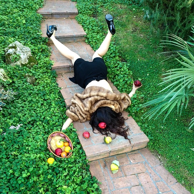 funny-hilarious-Darkly-humorous-photo-series-fallen-people (13)
