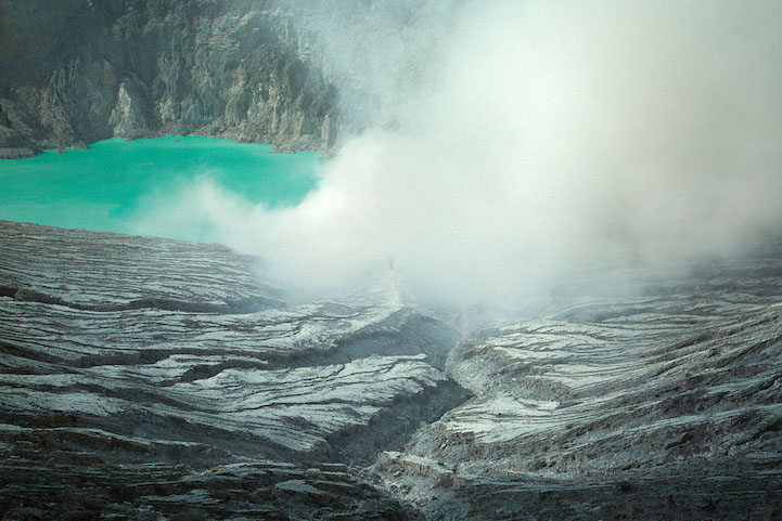 amazing-stunning-blue-Fire-Crater-lava-KawahIjen-volcano-amazing-natural-phenomenon (3)