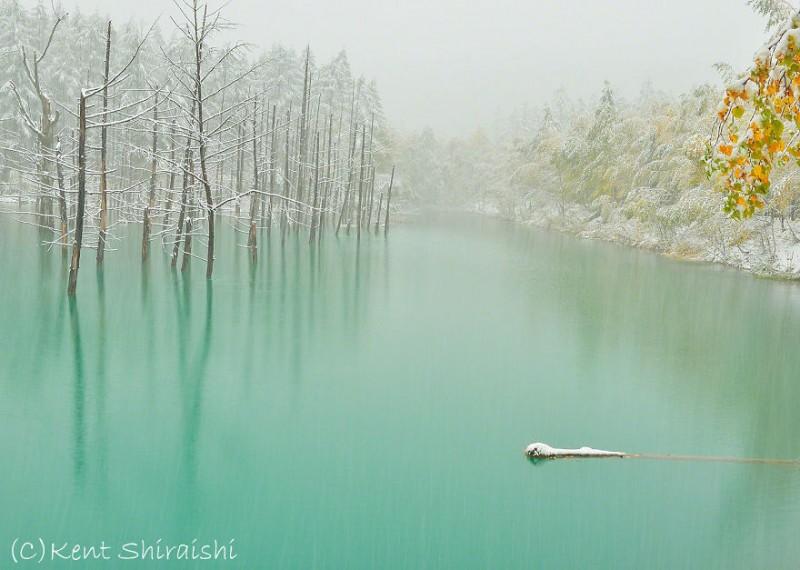 stunning-beautiful-Blue-Pond-snow-japan (2)