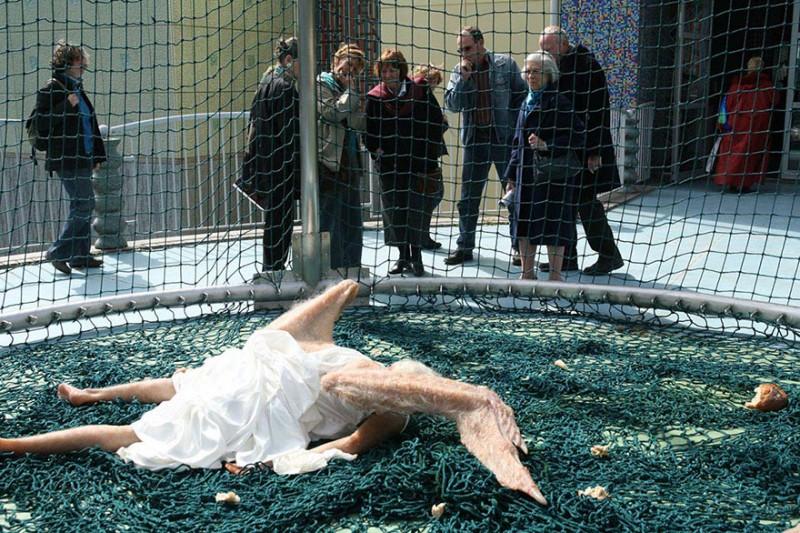 weird-bizarre-hyper-realistic-sculpture-fallen-angel (4)