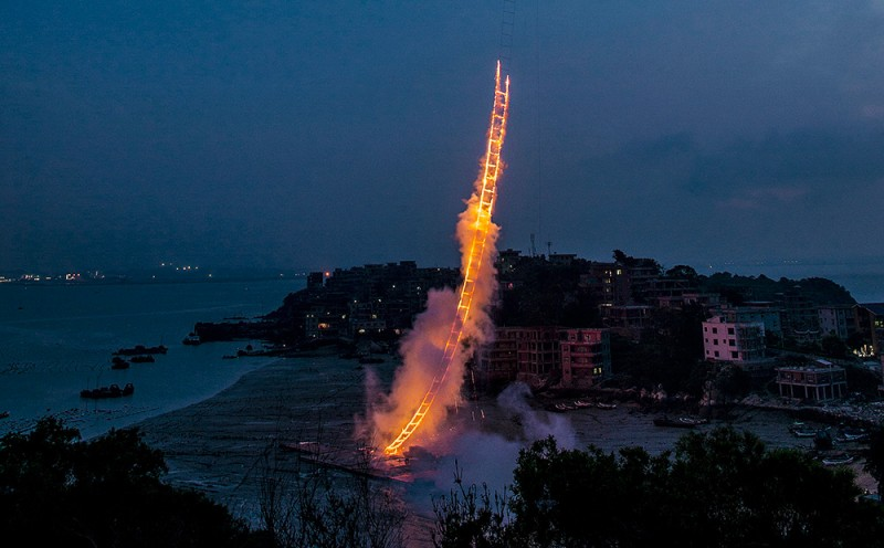 amazing-sky-ladder-fireworks-art-installation (3)