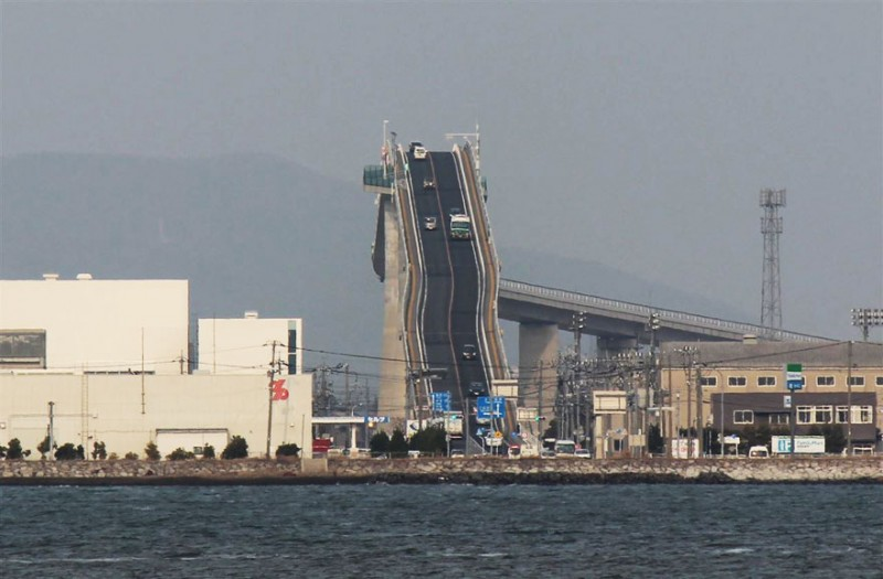 amazing-steep-incline-rollercoaster-like-bridge-eshima-ohashi-japan (1)