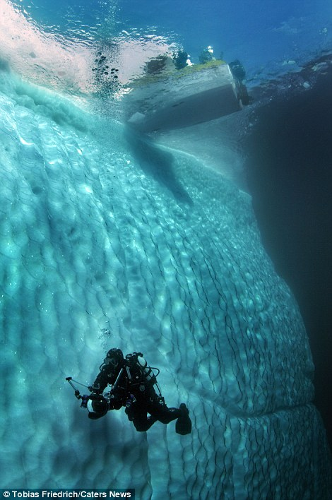 amazing-pictures-of-spectacular-underwater-icebergs (6)