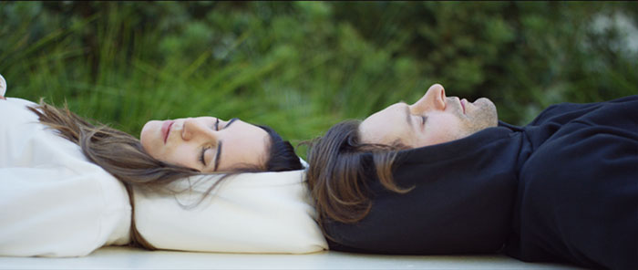 creative-clothing-design-idea-inflatable-sleep-hoodie (4)