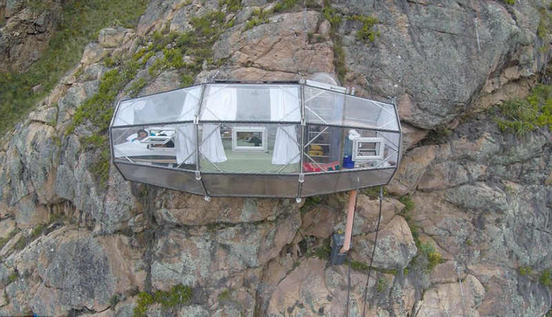 scary-transparent-capsule-suspended-hotel-sacred-valley (1)