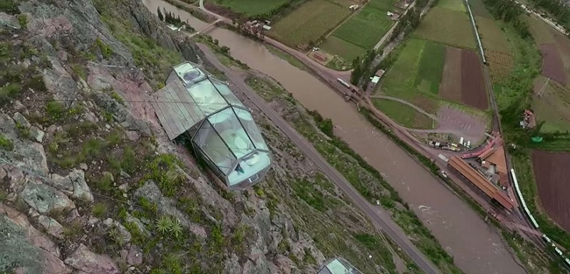scary-transparent-capsule-suspended-hotel-sacred-valley (4)