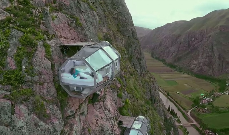 scary-transparent-capsule-suspended-hotel-sacred-valley (5)