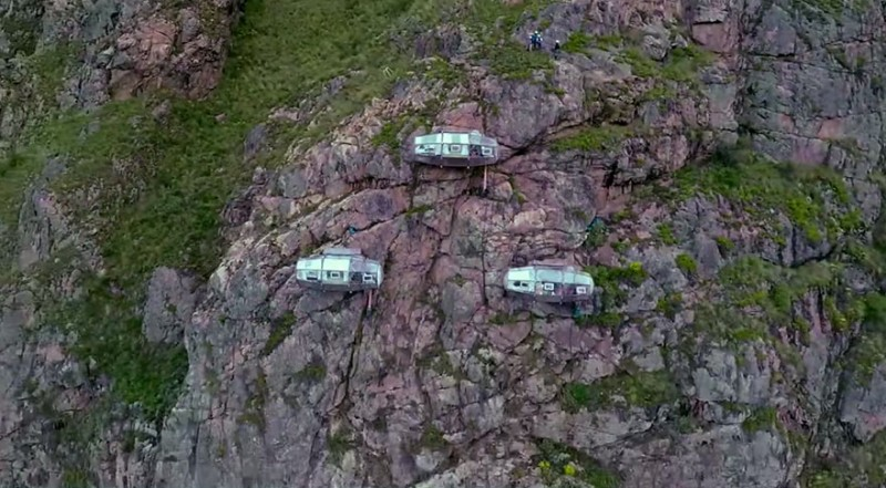 scary-transparent-capsule-suspended-hotel-sacred-valley (7)
