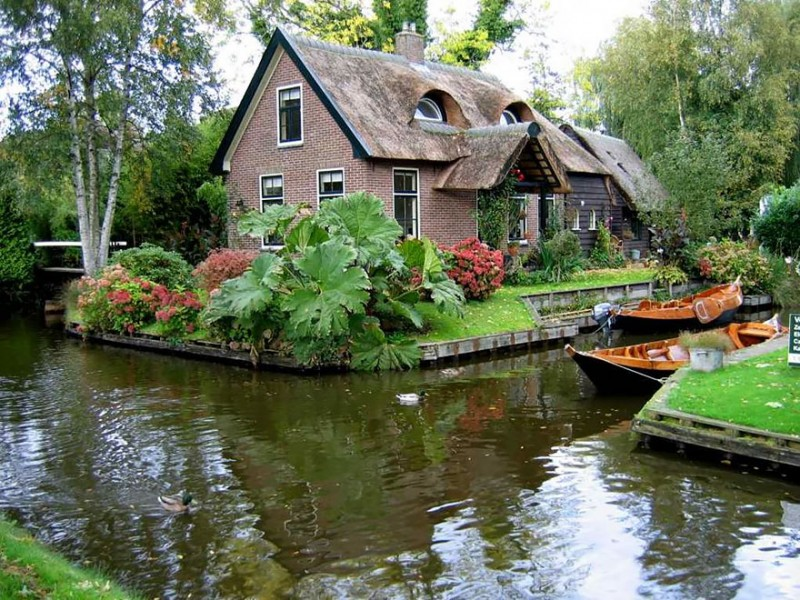 beautiful-canals-village-netherlands-no-roads (1)