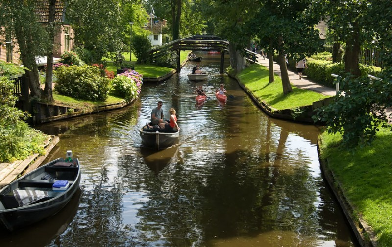 beautiful-canals-village-netherlands-no-roads (10)