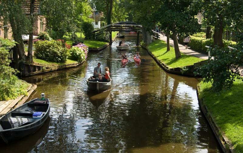 beautiful-canals-village-netherlands-no-roads (10)