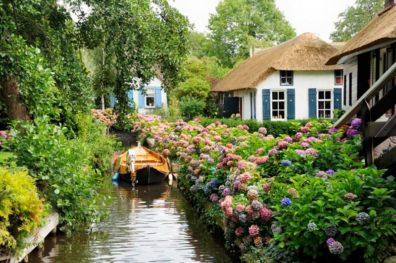 beautiful-canals-village-netherlands-no-roads (2)