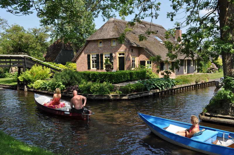 beautiful-canals-village-netherlands-no-roads (3)
