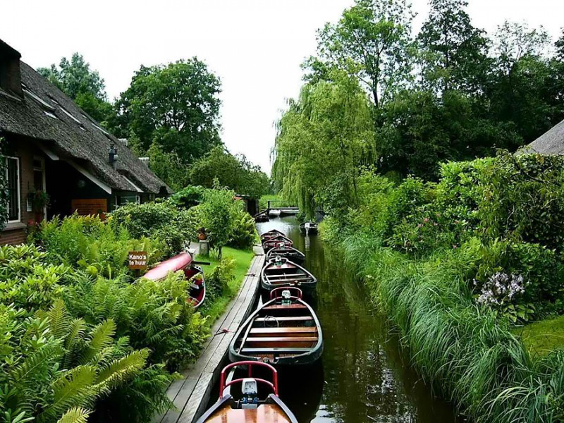 beautiful-canals-village-netherlands-no-roads (4)