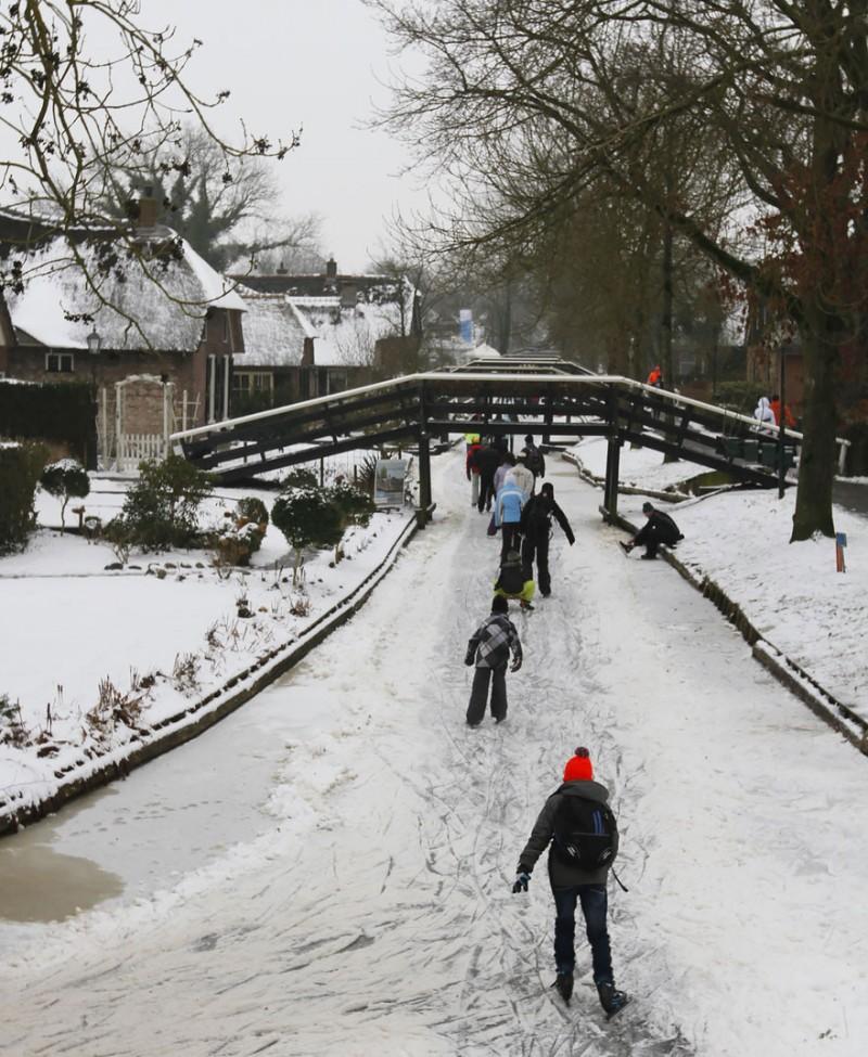 beautiful-canals-village-netherlands-no-roads (7)