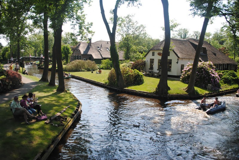 beautiful-canals-village-netherlands-no-roads (9)