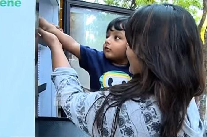 india-public-service-street-fridge-for-homeless-people (6)