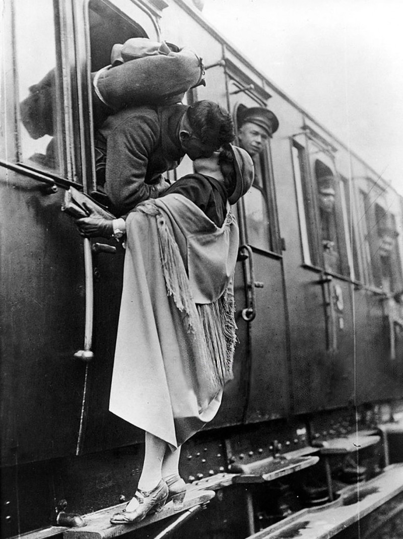 vintage-war-old-photos-love-romance-kiss (18)