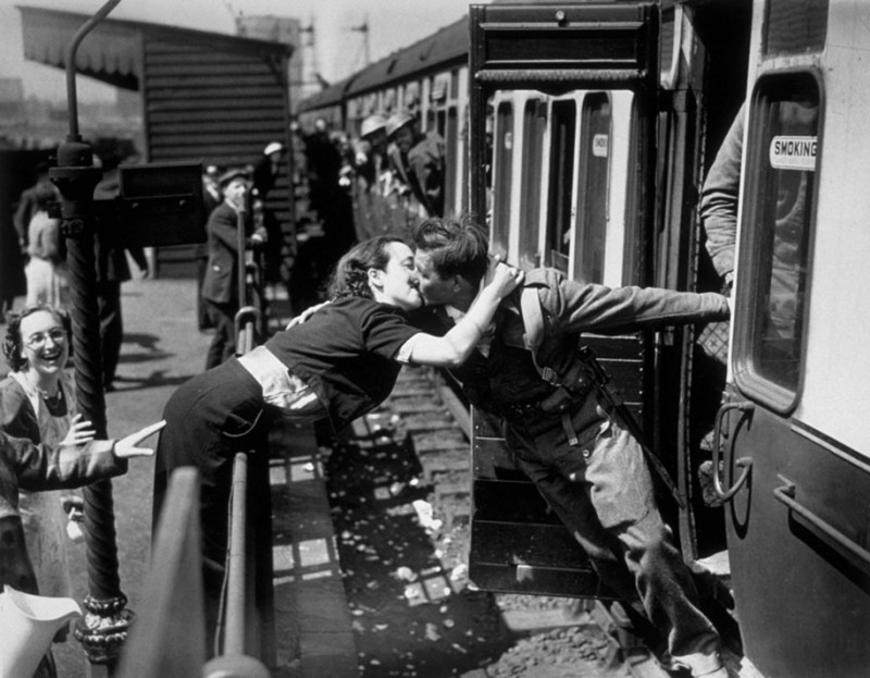 vintage-war-old-photos-love-romance-kiss (2)