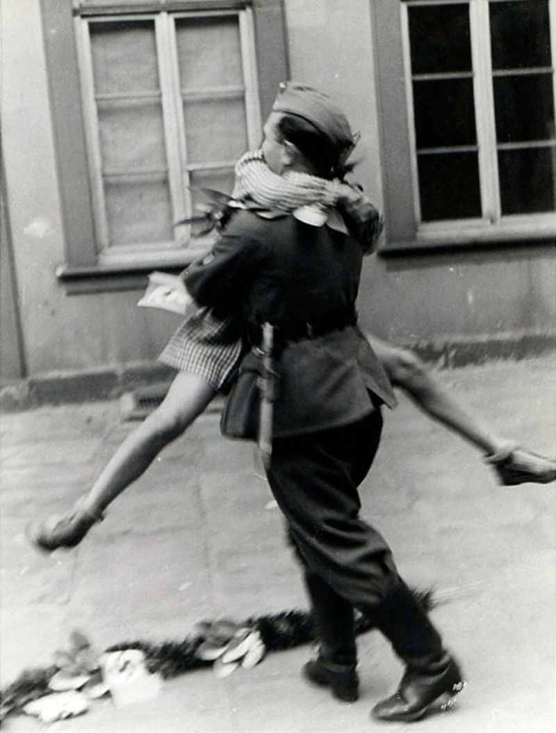 vintage-war-old-photos-love-romance-kiss (3)