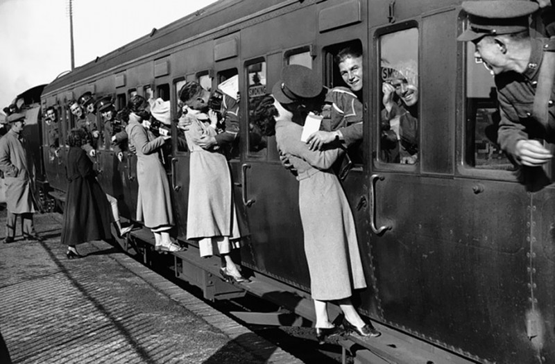 vintage-war-old-photos-love-romance-kiss (6)
