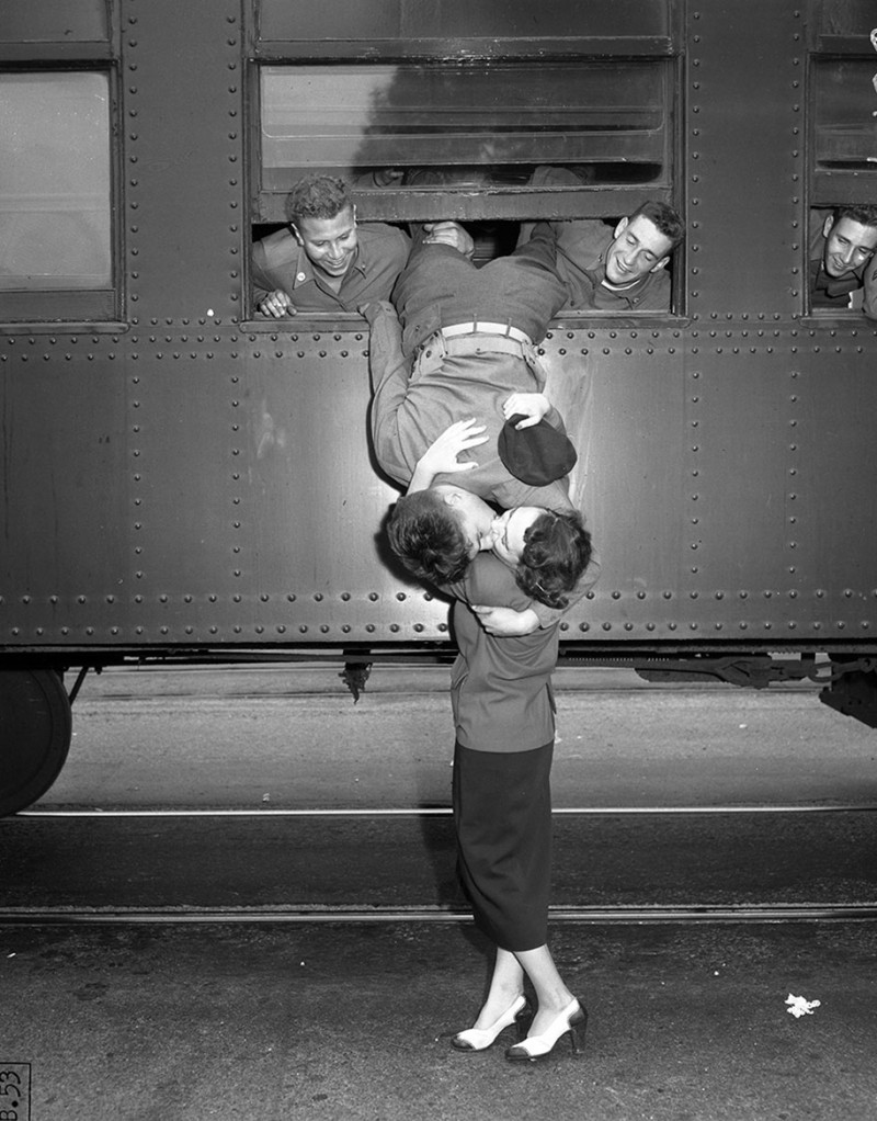 vintage-war-old-photos-love-romance-kiss (7)