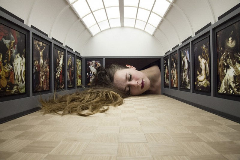 weird-art-photography-giant-heads-in-famous-art-gallery (3)