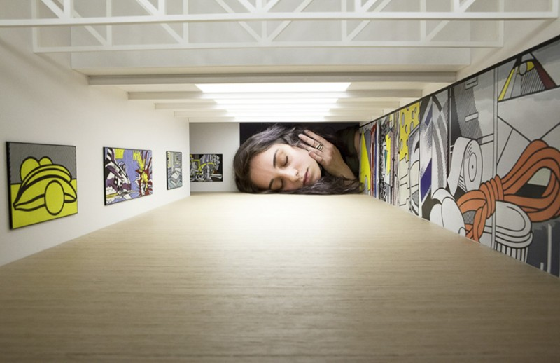 weird-art-photography-giant-heads-in-famous-art-gallery (4)