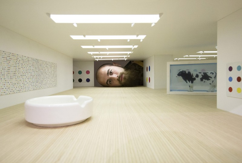 weird-art-photography-giant-heads-in-famous-art-gallery (7)