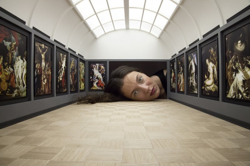 weird-art-photography-giant-heads-in-famous-art-gallery (8)