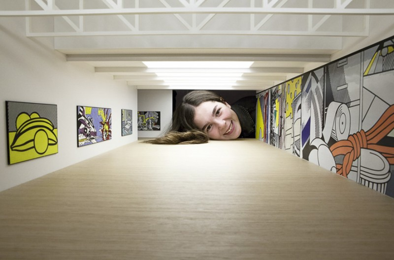 weird-art-photography-giant-heads-in-famous-art-gallery (9)
