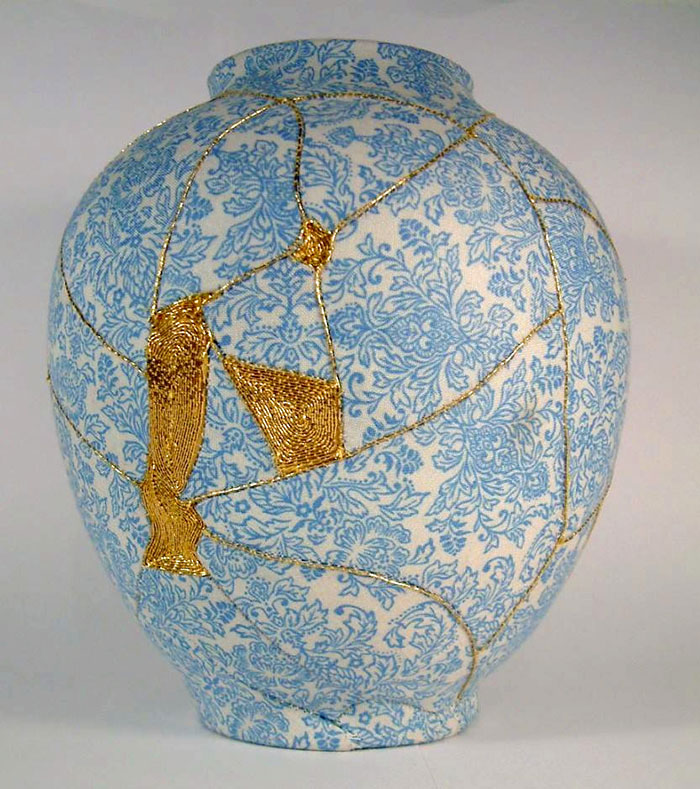 work-of-art-broken-vase-repair-gold-thread-traditional-japanese-technique (1)