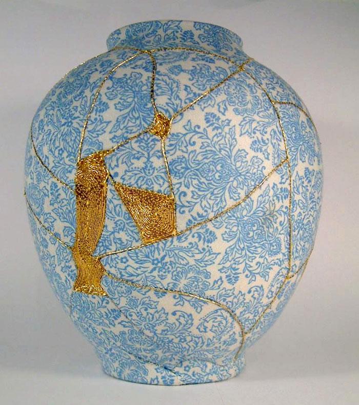 work-of-art-broken-vase-repair-gold-thread-traditional-japanese-technique (1)