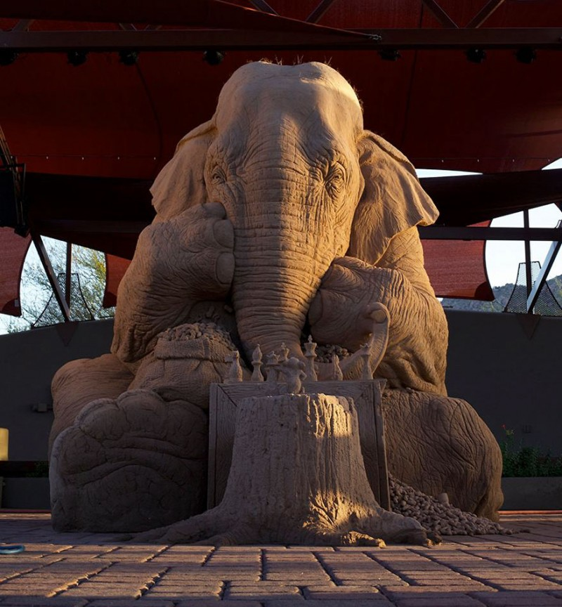 funny-cute-elephant-mouse-playing-chess-cool-sand-sculpture-art (2)