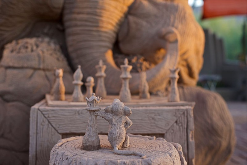 funny-cute-elephant-mouse-playing-chess-cool-sand-sculpture-art (4)