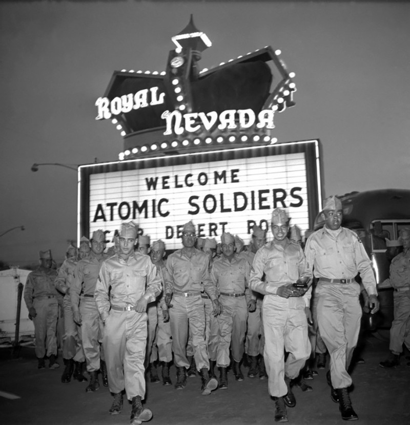nuclear-tourism-atomic-bomb-1950s-las-vegas-sin-city-photos (13)