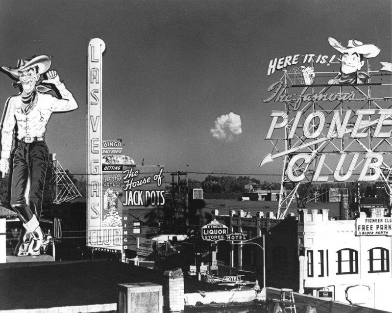 nuclear-tourism-atomic-bomb-1950s-las-vegas-sin-city-photos (4)
