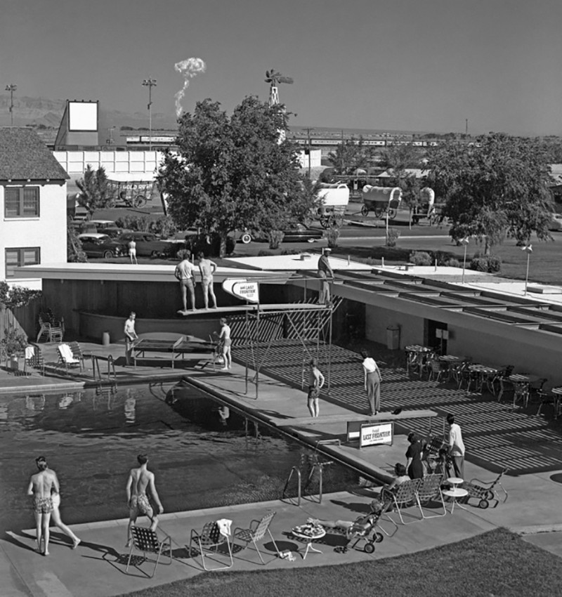 nuclear-tourism-atomic-bomb-1950s-las-vegas-sin-city-photos (8)